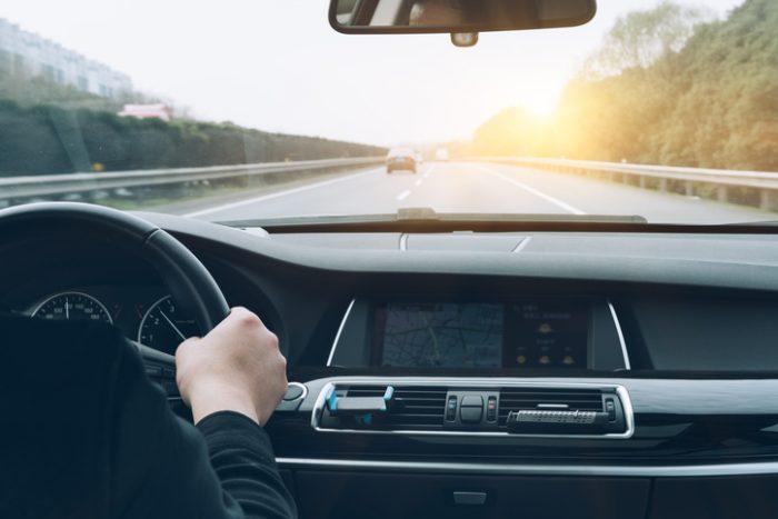 12 hábitos ao dirigir que aumentam o consumo de combustível