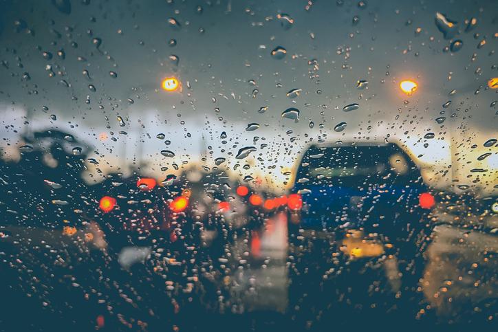 12 dicas para dirigir na chuva que você deve conhecer